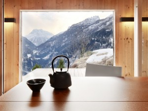 nice-concept-for-modern-large-glass-window-mountain-house-design